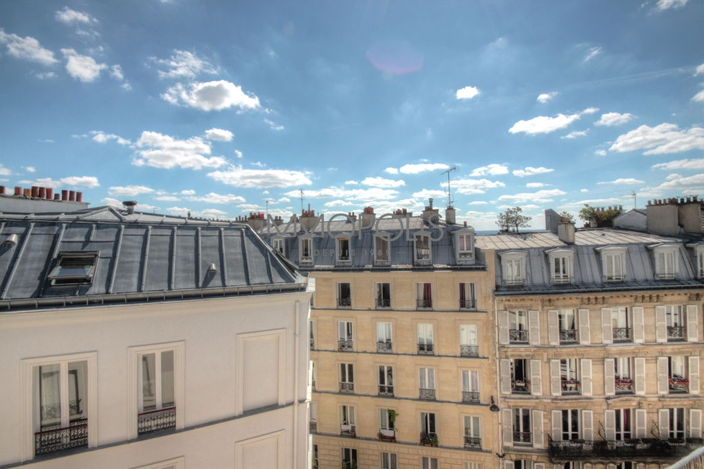 Exclusivity Immopolis: rue Garreau (metro Abbesses), a perfect 2-room apartment on the 5th and last floor, bright and quiet, facing south, with an open view, very nice amenities (renovation by architect) and fully renovated building! 1