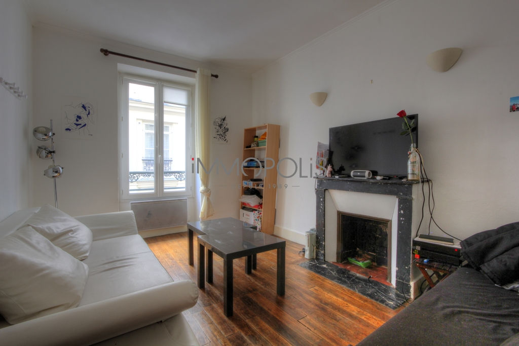Beautiful 2 rooms of charm in very good condition, well placed in Abbesses, quiet with a very good plan, it measures approximately 26 M² 1