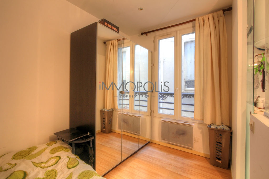 Beautiful 2 rooms of charm in very good condition, well placed at Abbesses, quiet with a very good plan, it is about 26 m² 2