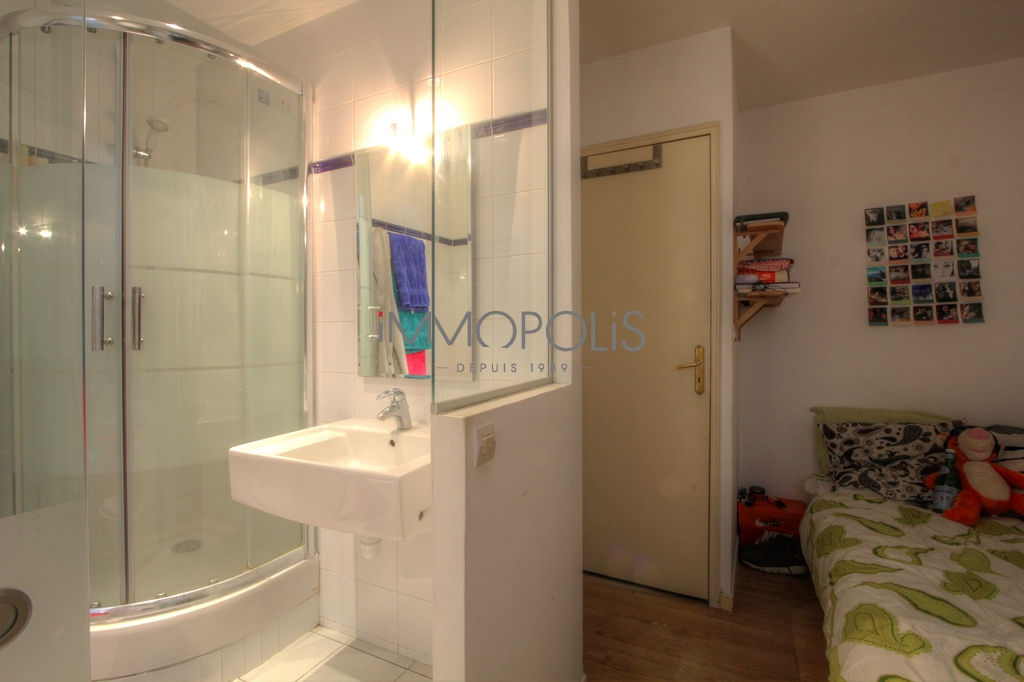 Beautiful 2 rooms of charm in very good condition, well placed at Abbesses, quiet with a very good plan, it is about 26 m² 3
