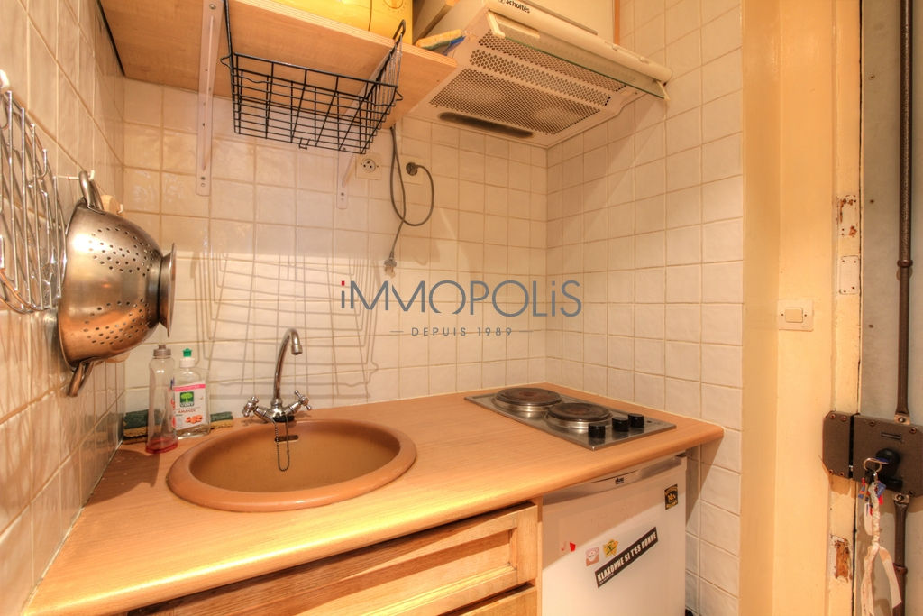 Beautiful 2 rooms of charm in very good condition, well placed at Abbesses, quiet with a very good plan, it is about 26 m² 4