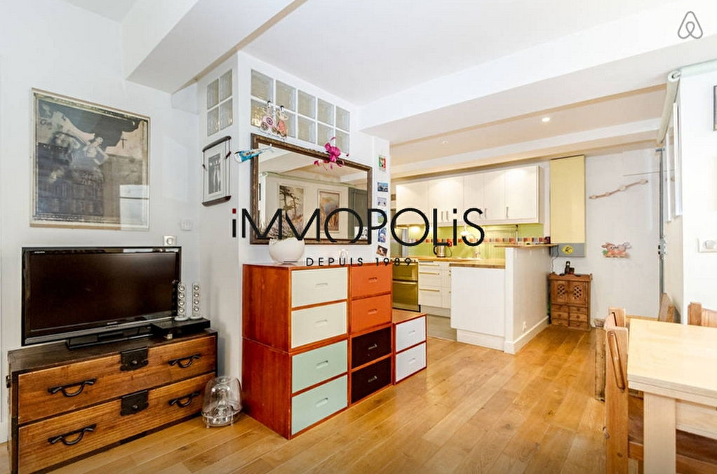 In the heart of the Abbesses, magnificent, ultra-optimized 4-room apartment, with a large living room of 28.43 M², very quiet: to visit urgently! 1