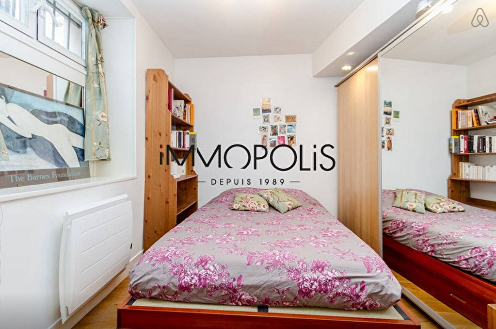 In the heart of the Abbesses, magnificent, ultra-optimized 4-room apartment, with a large living room of 28.43 M², very quiet: to visit urgently! 4