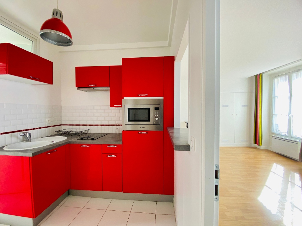 2P of 35m² in the heart of the Abbesses 10