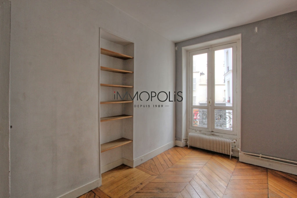 Beautiful 3 room apartment to renovate of 47.11 M² located in Abbesses in a good freestone building 4