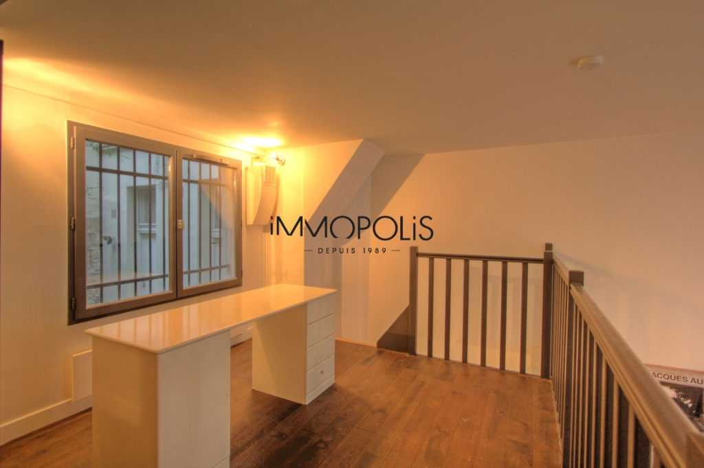 Atypical space in Montmartre, duplex, renovated with beautiful volumes 8