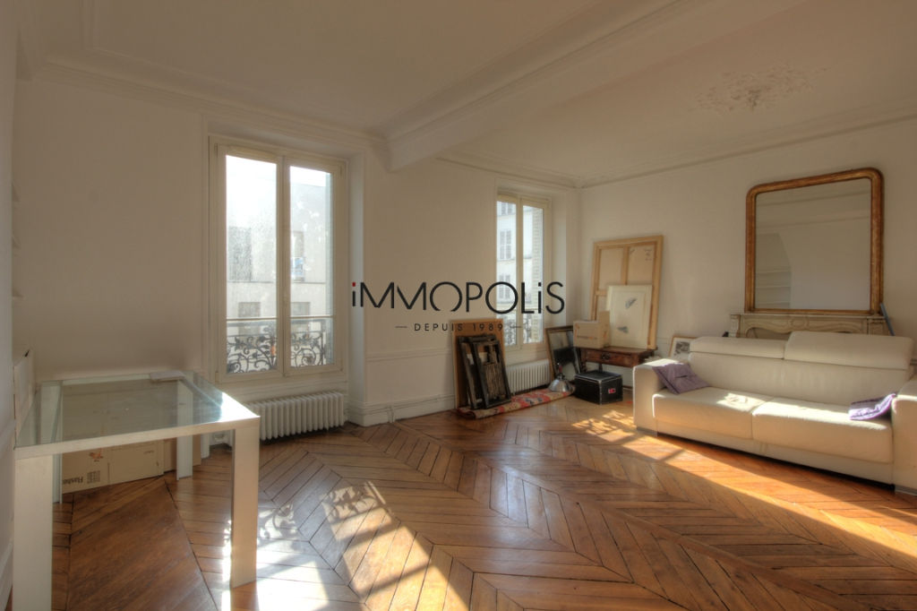Very beautiful 3/4 room apartment on the 3rd floor with elevator located rue Lepic in Montmartre 1