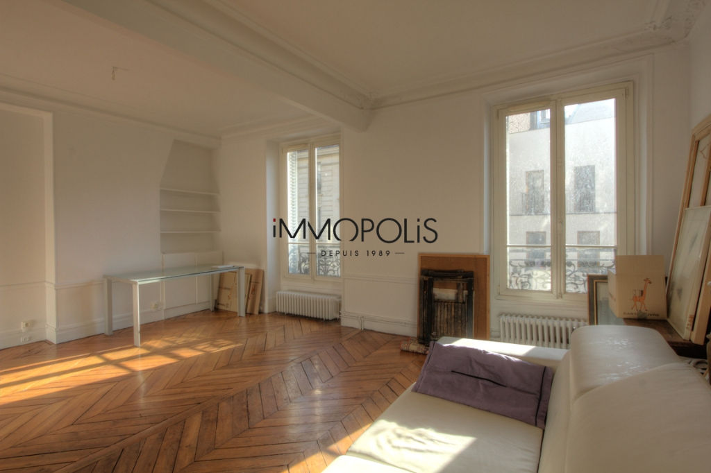 Very beautiful 3/4 room apartment on the 3rd floor with elevator located rue Lepic in Montmartre 2