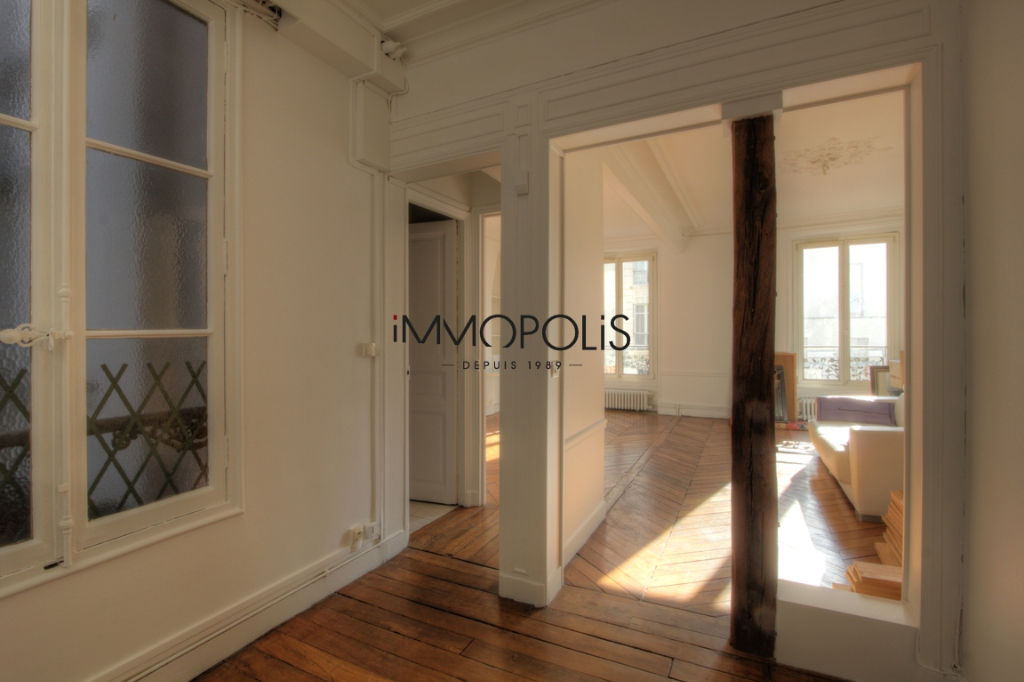 Very beautiful 3/4 room apartment on the 3rd floor with elevator located rue Lepic in Montmartre 3