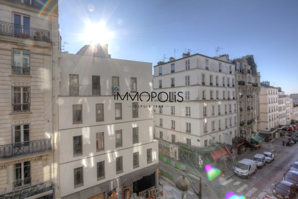 Very beautiful 3/4 room apartment on the 3rd floor with elevator located rue Lepic in Montmartre 4