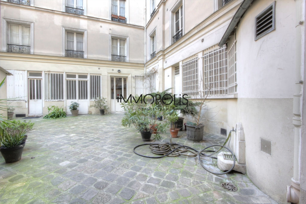 Very beautiful 3/4 room apartment on the 3rd floor with elevator located rue Lepic in Montmartre 6