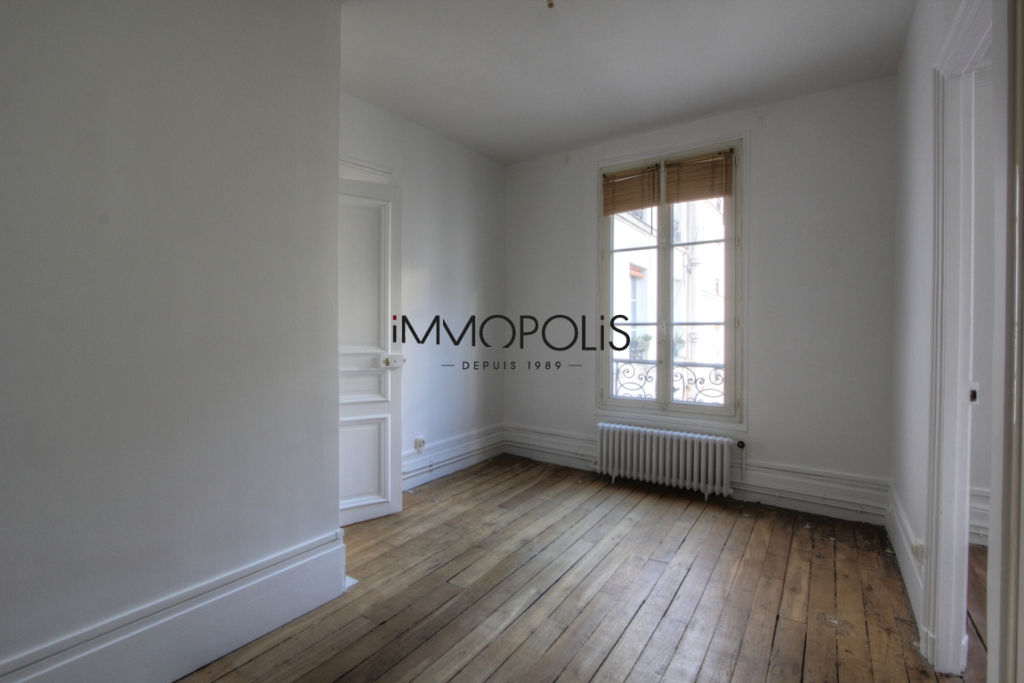 Very beautiful 3/4 room apartment on the 3rd floor with elevator located rue Lepic in Montmartre 7