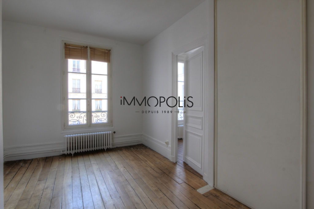 Very beautiful 3/4 room apartment on the 3rd floor with elevator located rue Lepic in Montmartre 8