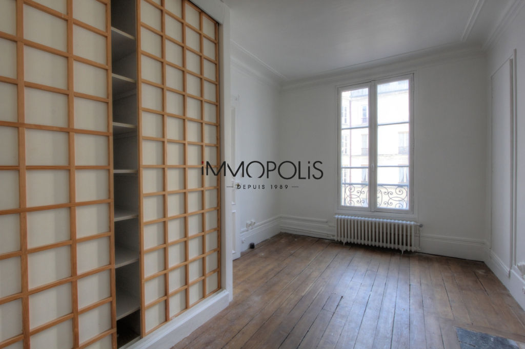 Very beautiful 3/4 room apartment on the 3rd floor with elevator located rue Lepic in Montmartre 9