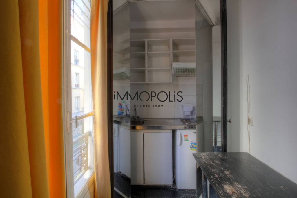 Good deal: 2 rooms to renovate at the Abbesses of 28.81 M² 4