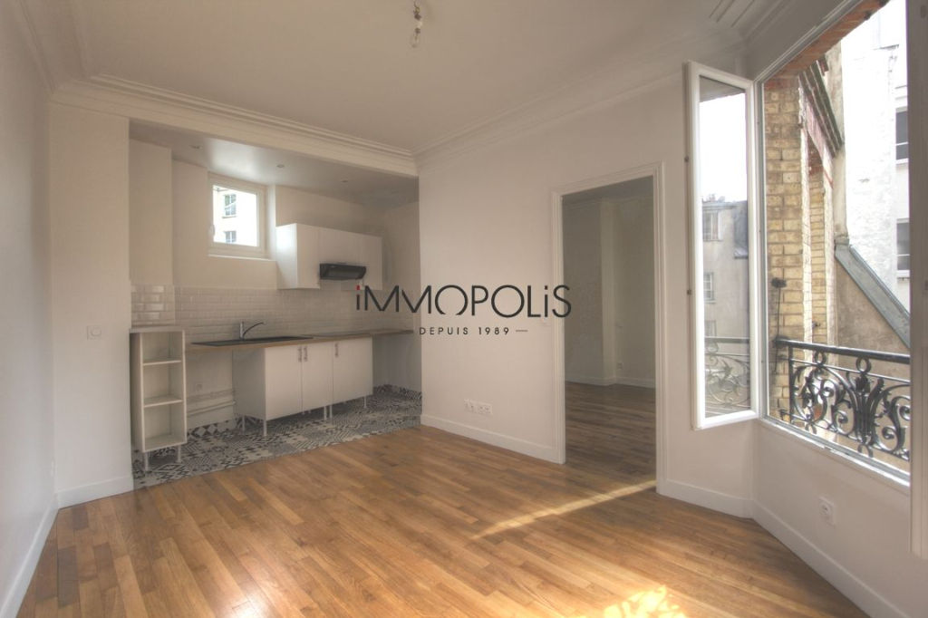 Renovated apartment superbly located at the intersection of Lepic and Abbesses streets 1