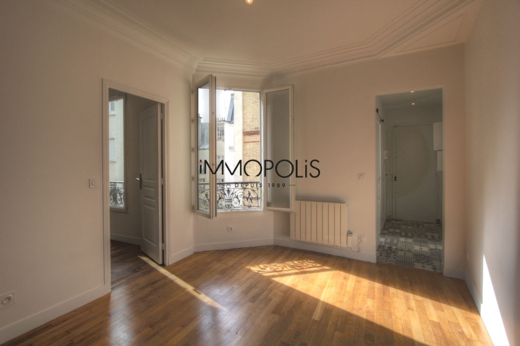 Renovated apartment superbly located at the intersection of Lepic and Abbesses streets 2
