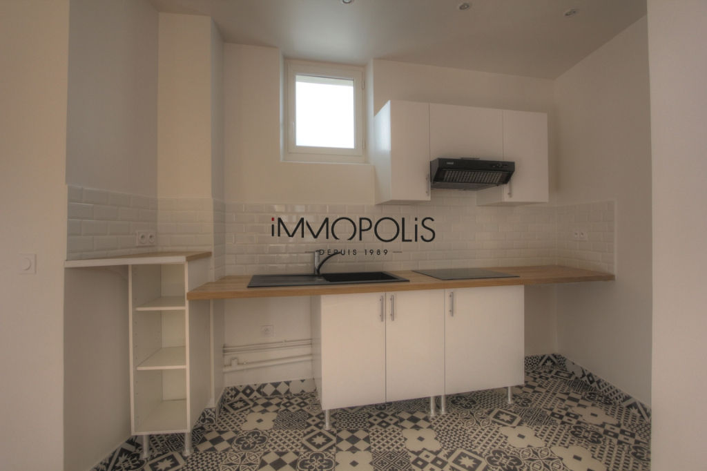 Renovated apartment superbly located at the intersection of Lepic and Abbesses streets 3