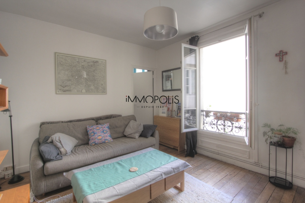 Beautiful 3 rooms in good condition in the heart of abbesses, very quiet, on top floor! 2