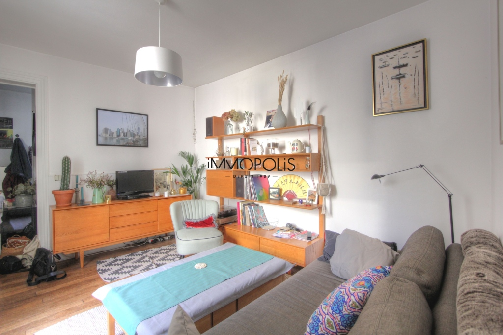 Beautiful 3 rooms in good condition in the heart of abbesses, very quiet, on top floor! 3