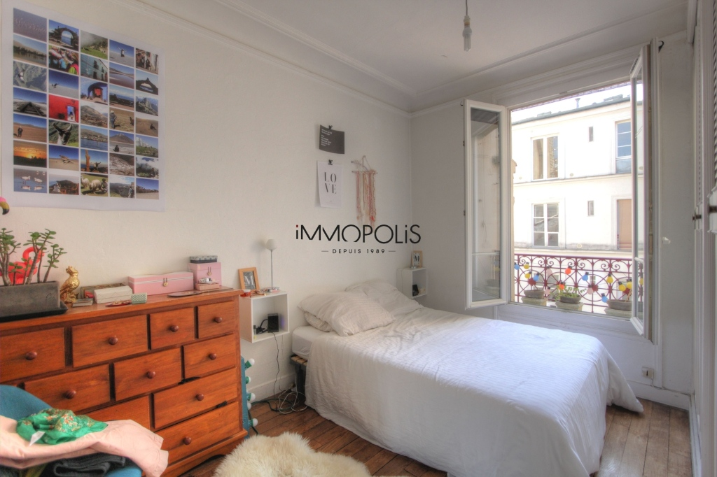 Beautiful 3 rooms in good condition in the heart of abbesses, very quiet, on top floor! 4