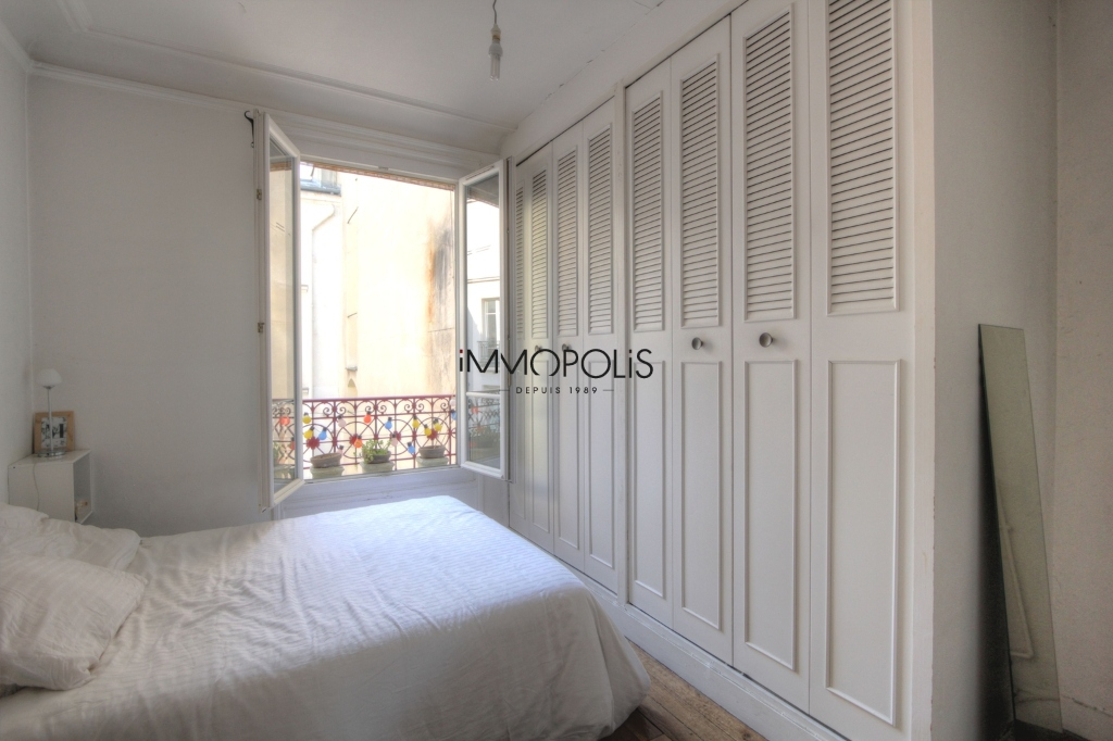 Beautiful 3 rooms in good condition in the heart of abbesses, very quiet, on top floor! 5