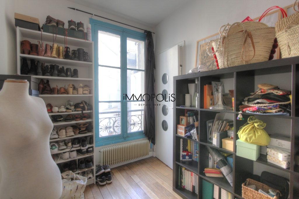 Beautiful 3 rooms in good condition in the heart of abbesses, very quiet, on top floor! 6