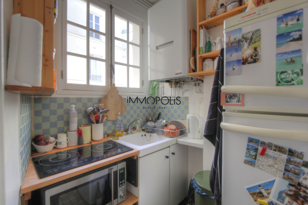 Beautiful 3 rooms in good condition in the heart of abbesses, very quiet, on top floor! 8