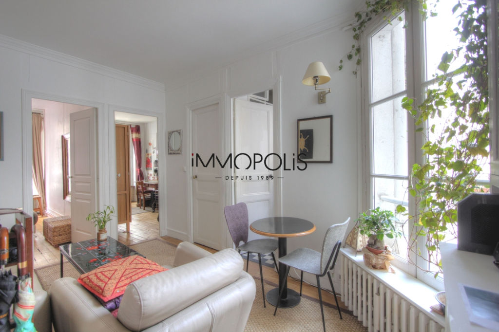 Charming 3 room apartment overlooking Montmartre pedestrian path 1