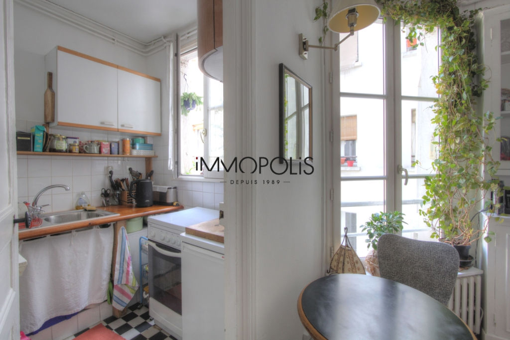 Charming 3 room apartment overlooking Montmartre pedestrian path 3