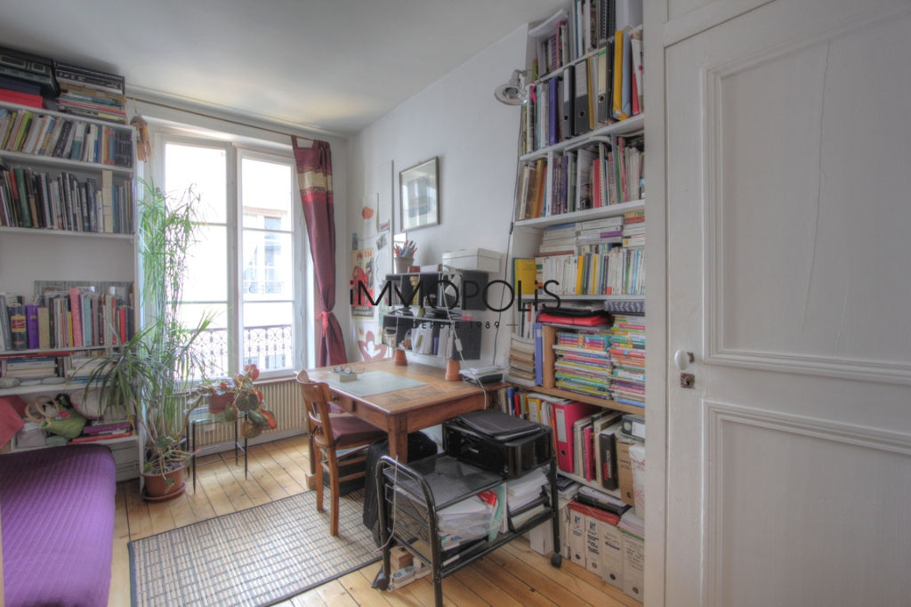 Charming 3 room apartment overlooking Montmartre pedestrian path 9