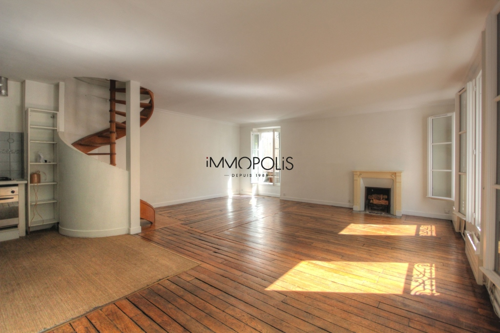 « Like a house »: superb duplex with terrace located in one of the most atypical condominiums in Montmartre! 1
