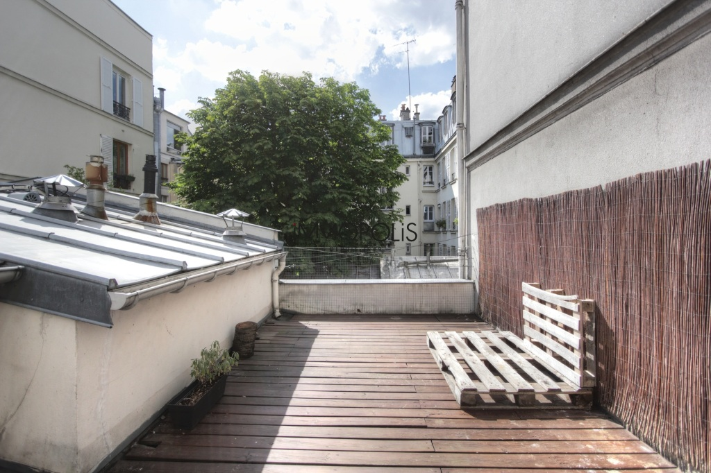 « Comme une maison »: superb duplex with terrace located in one of Montmartre's most atypical condominiums! 2