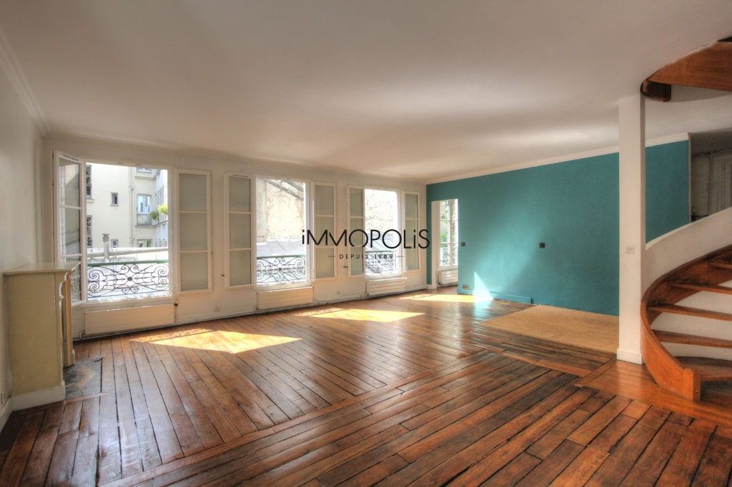 « Comme une maison »: superb duplex with terrace located in one of Montmartre's most atypical condominiums! 4