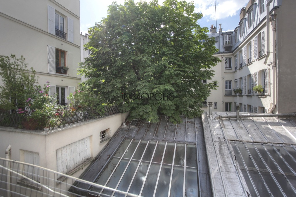 « Comme une maison »: superb duplex with terrace located in one of Montmartre's most atypical condominiums! 7
