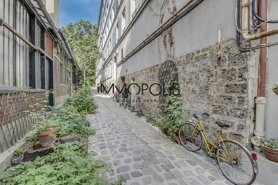 « Comme une maison »: superb duplex with terrace located in one of Montmartre's most atypical condominiums! 9