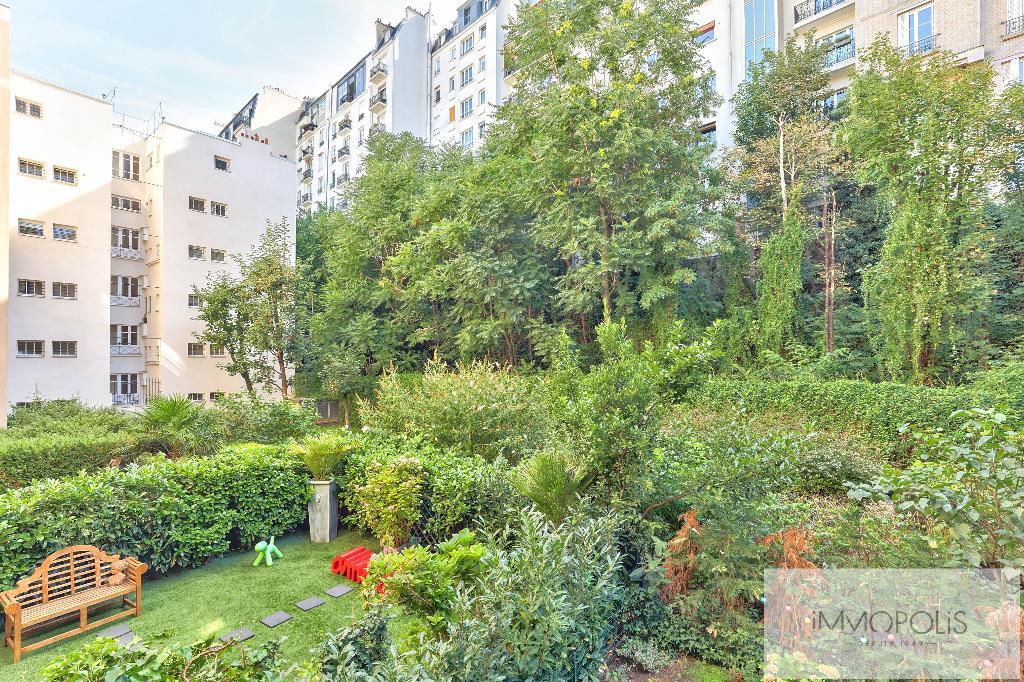 Rare : à Montmartre, dans un bel immeuble récent de grand standing, 2 pièces avec balcon et parking avec vue sur jardins ! 1