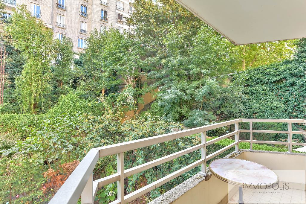 Rare: in Montmartre, in a beautiful recent luxury building, 2 rooms with balcony and parking overlooking gardens! 1