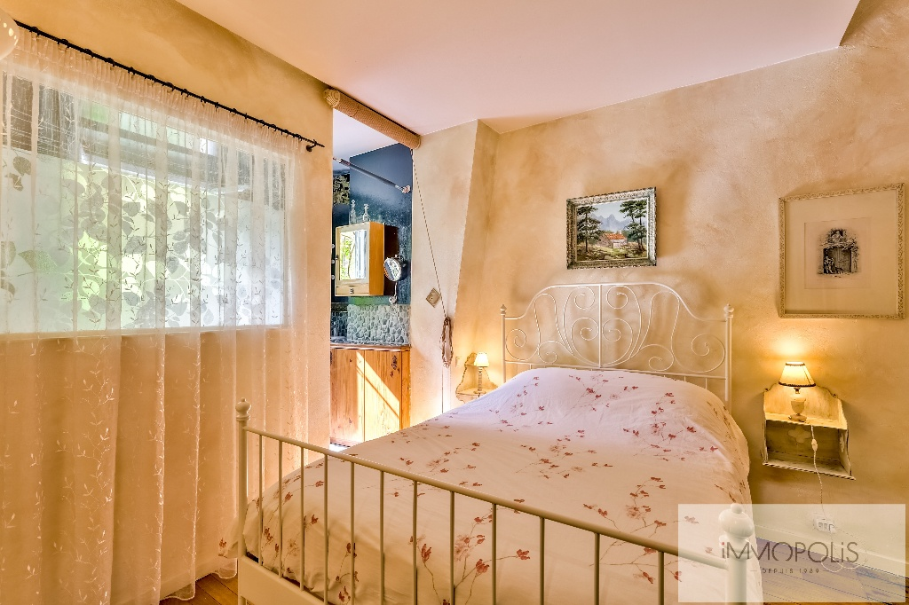 3 rooms full of charm in Abbesses, crossing and calm! 8