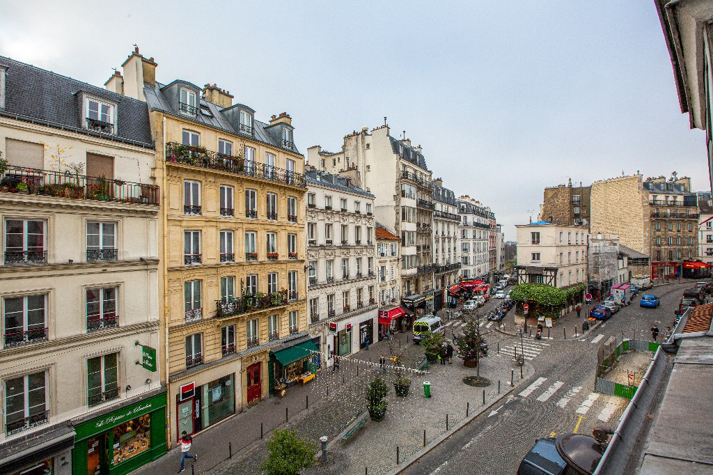 In the heart of the Abbesses – Large studio with open view facing SOUTH 1