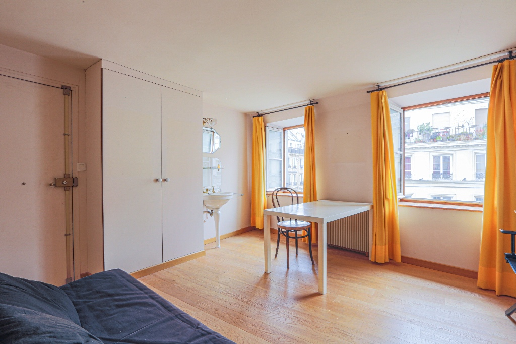 In the heart of Abbesses – Large studio with unobstructed view facing south 3