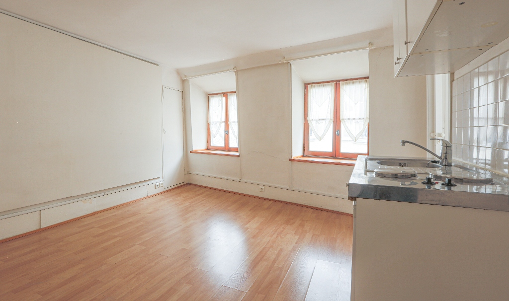 In the heart of Abbesses – Large studio with unobstructed view facing south 4