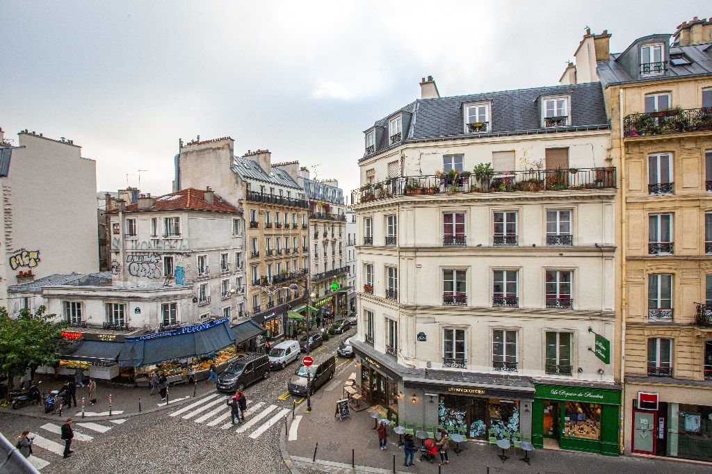 In the heart of Abbesses – Large studio with unobstructed view facing south 7