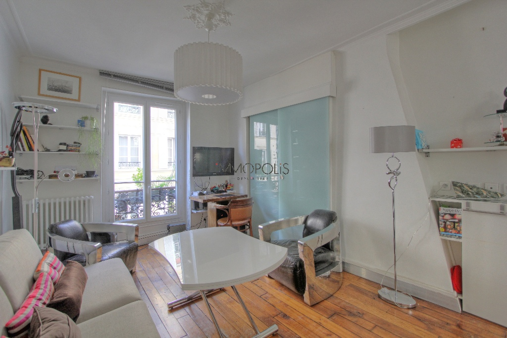 Beautiful 2 room apartment with beams in Montmartre! 4