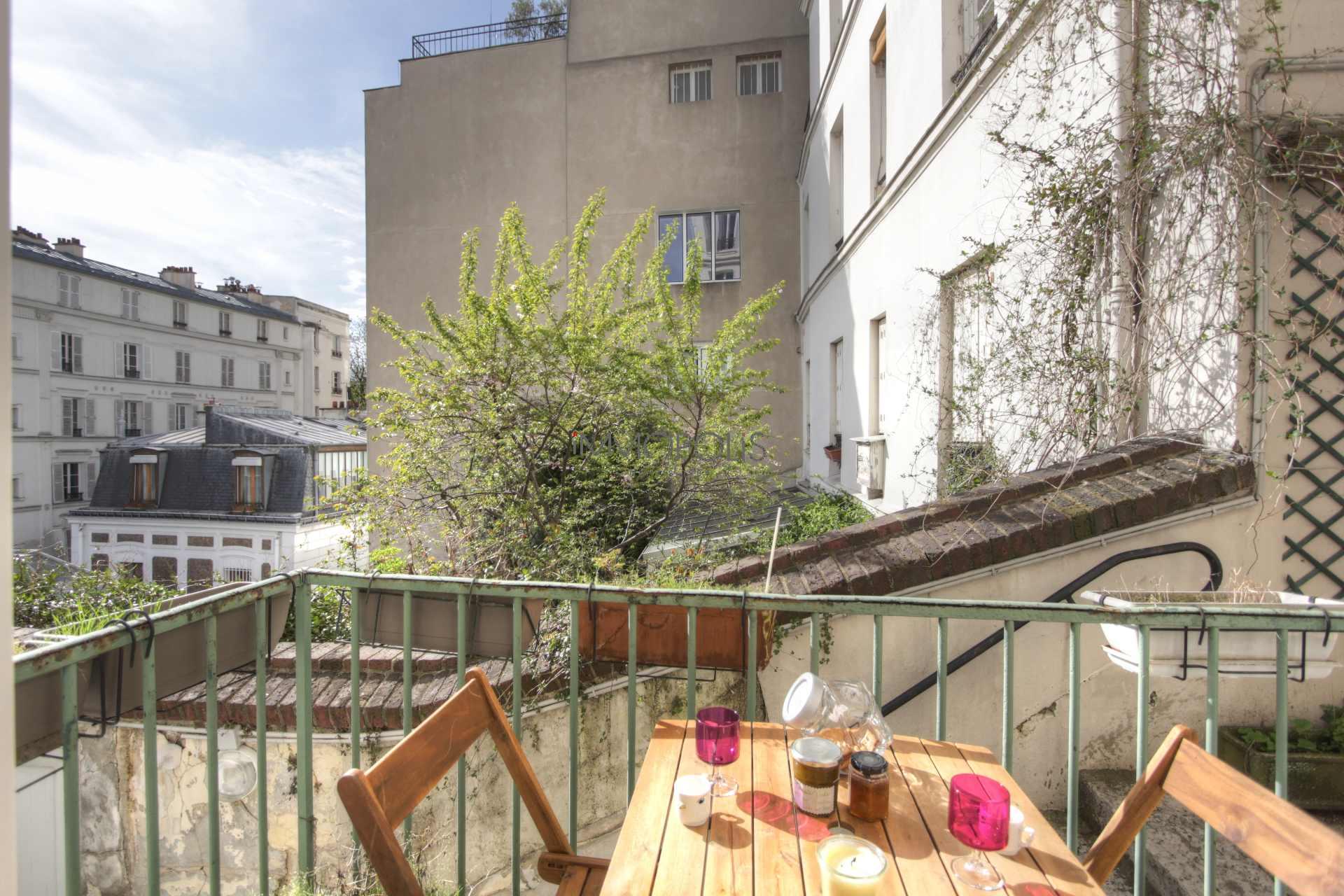 Exceptionnel à Montmartre (rue Gabrielle) : open space refait à neuf, prestations somptueuses, avec balcon et vue dégagée ! 2