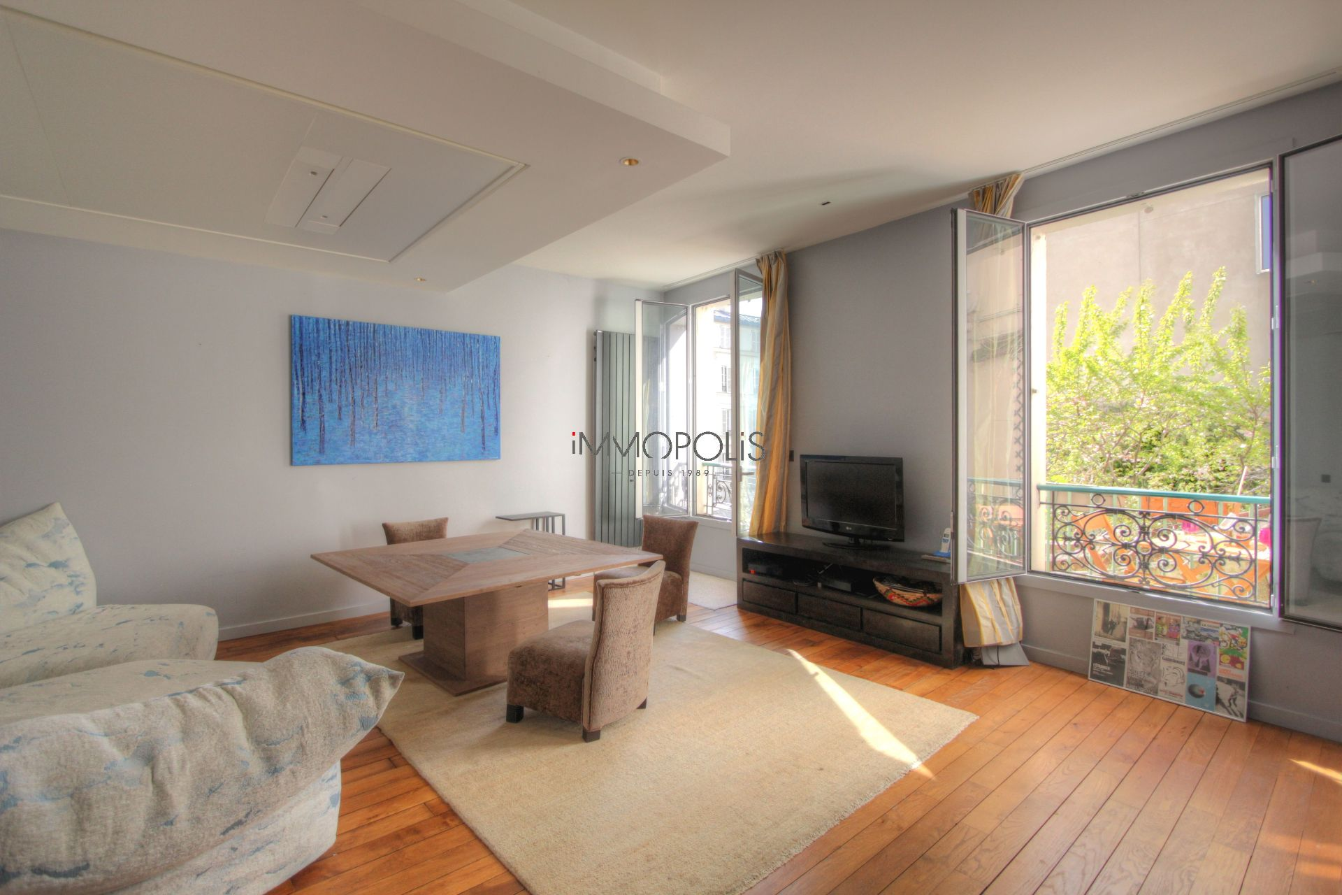 Exceptionnel à Montmartre (rue Gabrielle) : open space refait à neuf, prestations somptueuses, avec balcon et vue dégagée ! 3