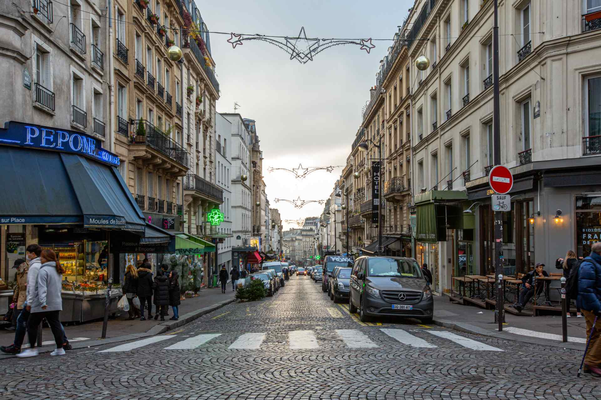 2 room apartment, double living room, rue Lepic, Abbesses district 9