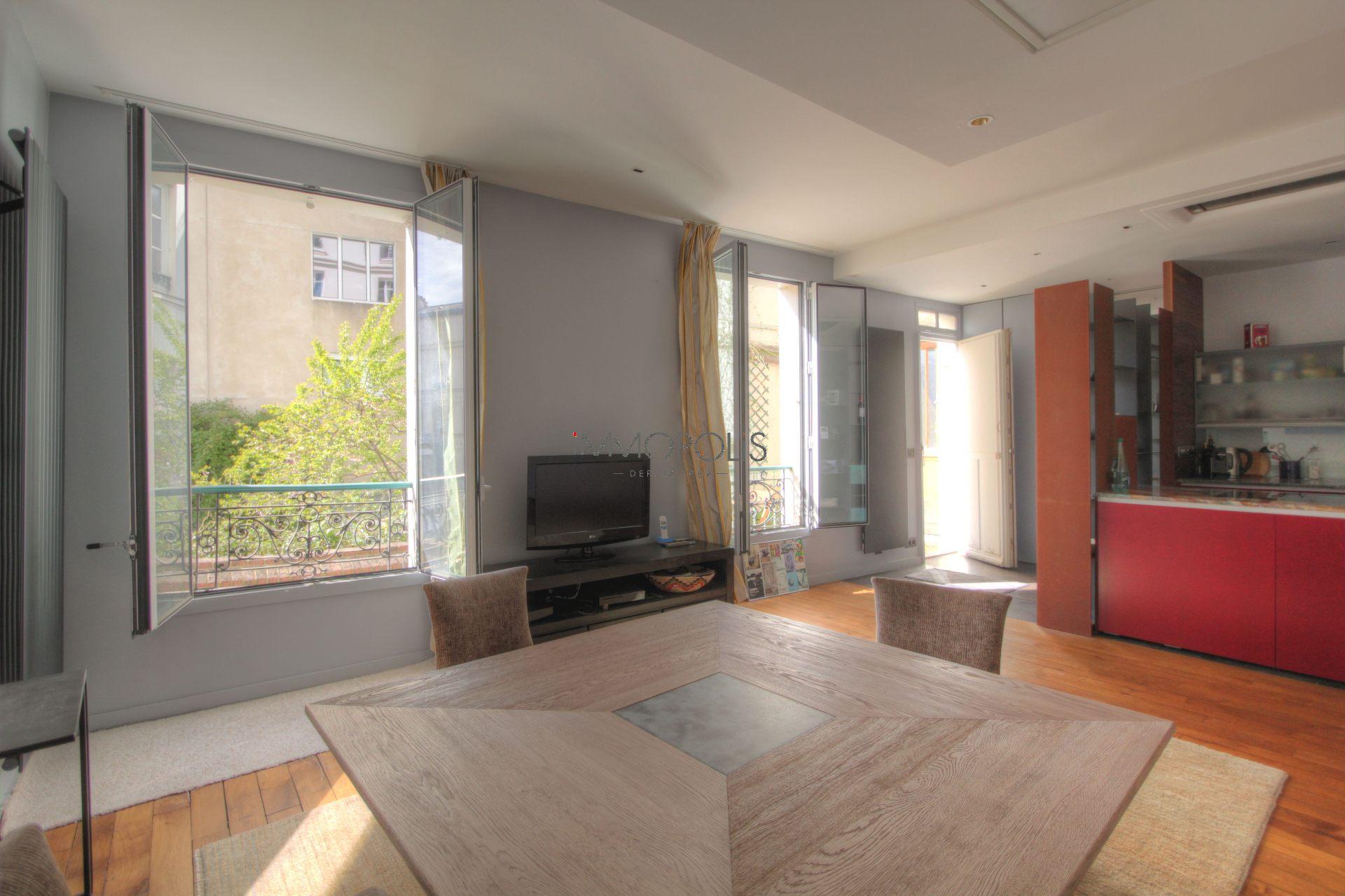 Exceptionnel à Montmartre (rue Gabrielle) : open space refait à neuf, prestations somptueuses, avec balcon et vue dégagée ! 4