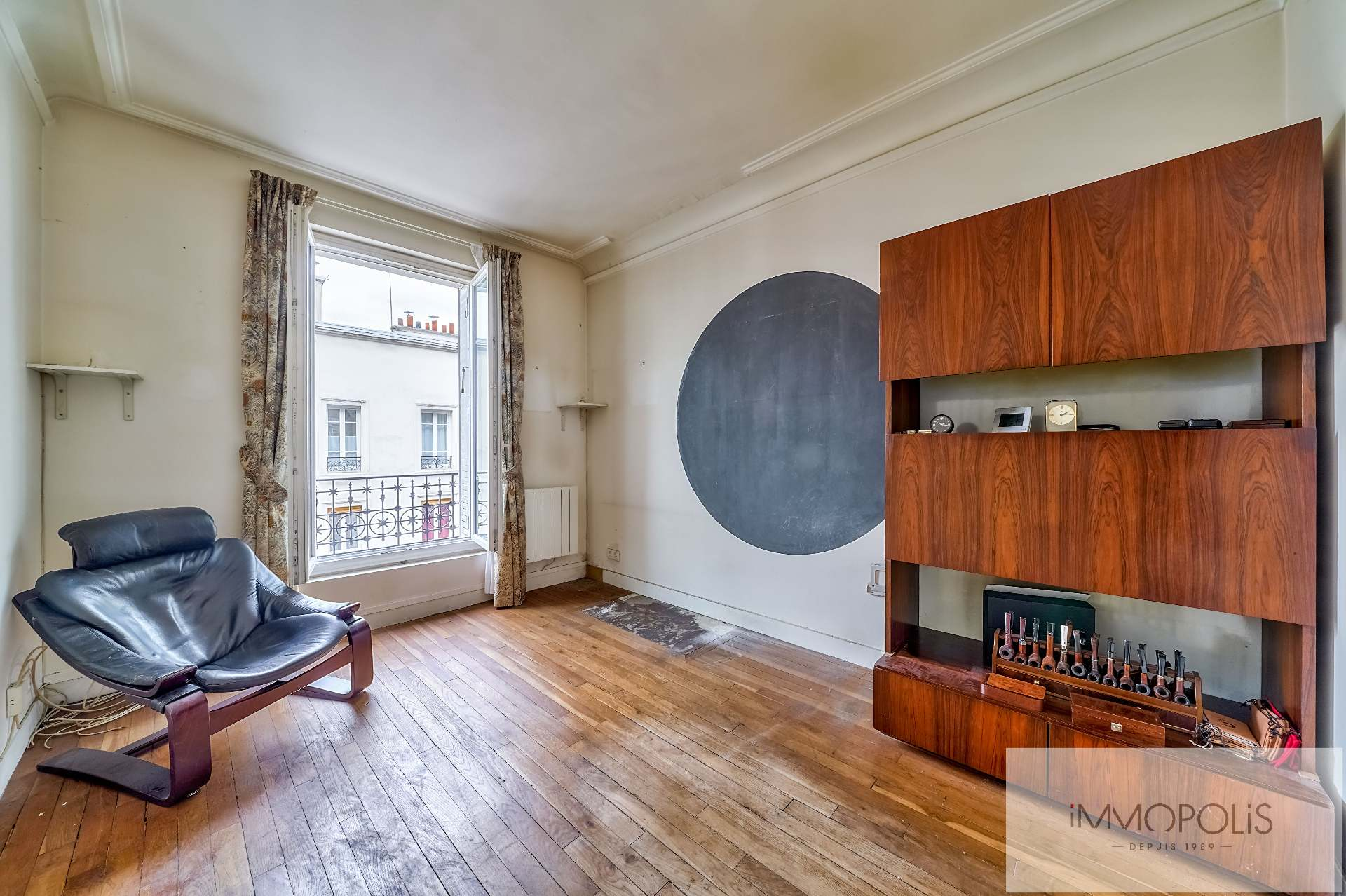 At the foot of the Lamarck metro station, a beautiful, clear and calm 3-room apartment located in a very beautiful freestone building! 1