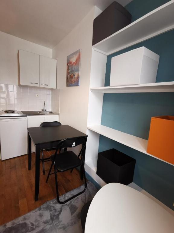 Charming studio in Abbesses with opposite open! 3